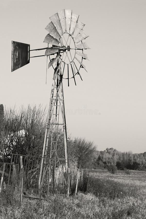 Photo noire et blanche d'un moulin à vent, photo de paysage de champ d'hiver dans la région de dôme près de Parys État libre images stock