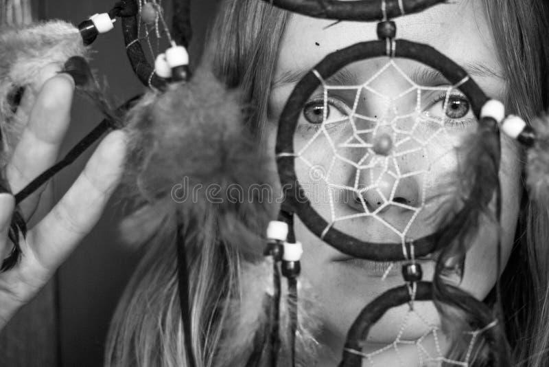 Photo noire et blanche d'une belle et jeune fille avec un receveur rêveur image stock