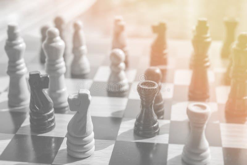 Photo noire et blanche de bataille d'échecs avec l'espoir et l'attente chauds photo libre de droits