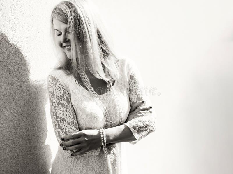 Photo noire et blanche de femme de fantaisie avec des perles autour de son cou photo stock