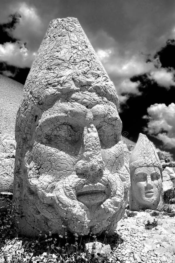 Photo noire et blanche de la statue principale de la montagne de Nemrut. Turquie photographie stock