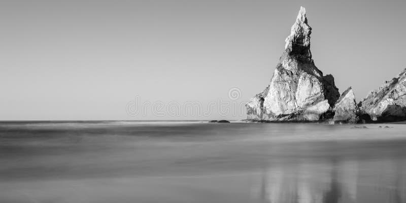 Photo noire et blanche de littoral rocheux de l'Océan Atlantique photographie stock
