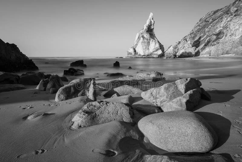 Photo noire et blanche de littoral rocheux de l'Océan Atlantique photo libre de droits