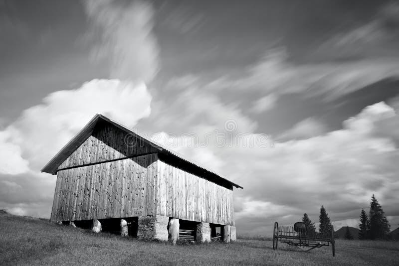 Photo noire et blanche de maison en bois abandonnée photos libres de droits