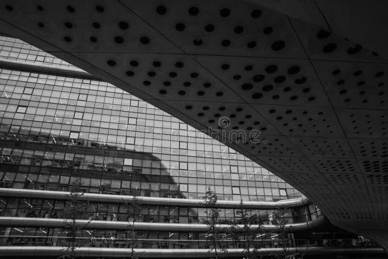 Photo noire et blanche de plan rapproché abstrait des détails modernes de façade d'architecture Local commercial image libre de droits