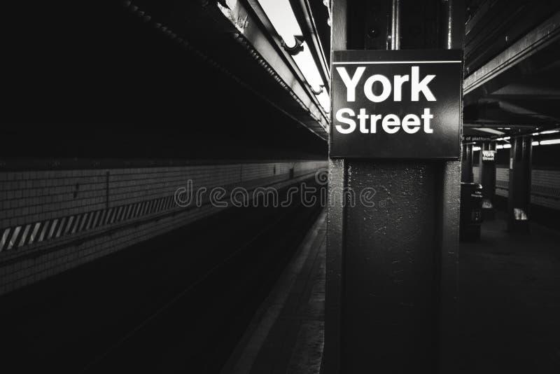 Photo noire et blanche de station de métro de rue de York, New York images stock
