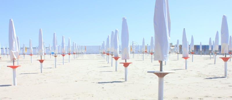 Photo panoramique avec des parapluies de plage sur une plage sablonneuse photo libre de droits