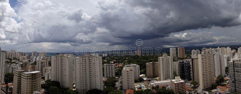 Photo panoramique de la ville Sao Jose Dos Campos - Sao Paulo, Brésil - avec le ciel nuageux images stock