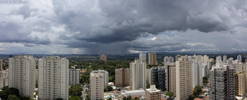 Photo panoramique de la ville Sao Jose Dos Campos - Sao Paulo, Brésil - avec le ciel nuageux photo stock
