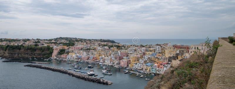Photo panoramique de Marina Corricella, Italie, village de pêche sur l'île de Procida avec les maisons colorées en pastel photographie stock
