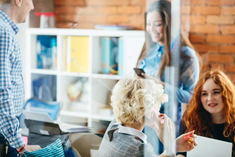 Photo par le verre les jeunes actifs apprécient parler entre eux images libres de droits