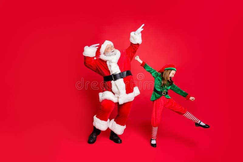 Photo pleine dimension de claus et d'elfes de santa excités en chapeau avec lunettes, lunettes, lunettes, sodomie, costumes éclat images libres de droits