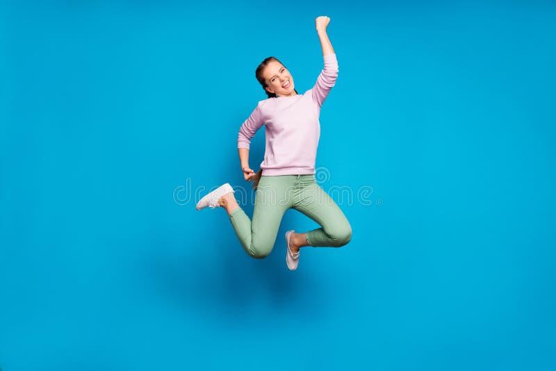 Photo pleine longueur de dame folle tresses sauteuses championne de compétition sportive de haut niveau portant un pull-over rose images stock