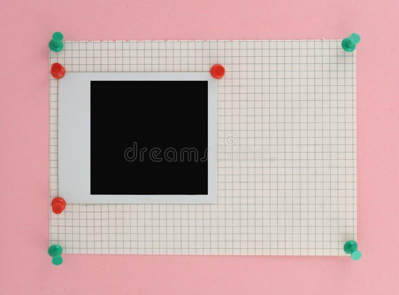 Photo polaroïd goupillée à une partie de papier carré images stock