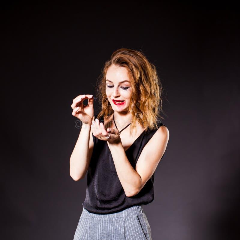 Photo-portrait de femme ivre avec le maquillage et la coiffure corrompus image stock
