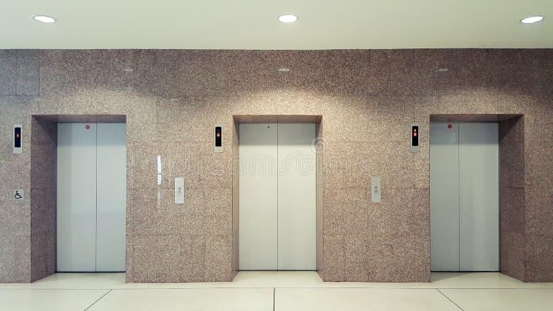 Photo réaliste de chrome en métal de bureaux d'immeuble de portes ouvertes et fermées d'ascenseur Soulevez le plancher de transpo photo stock