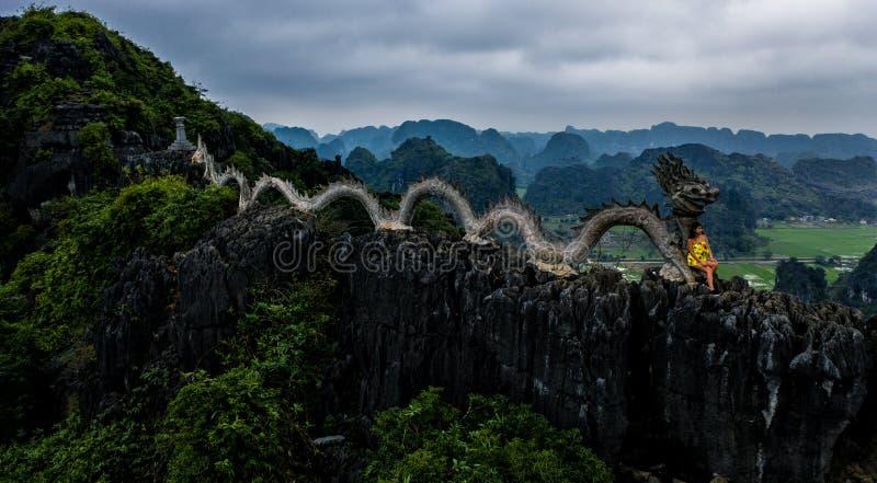 Photo a?rienne de bourdon - femme ? c?t? d'un tombeau de dragon plac? sur une montagne au Vietnam du nord r images stock