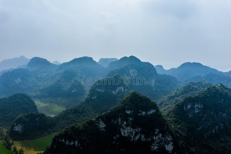 Photo a?rienne de bourdon - montagnes et gisements de riz du Vietnam du nord image libre de droits