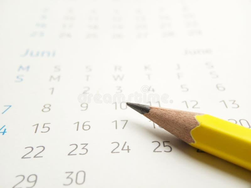 Photo simple conceptuelle étroitement, illustration pour que le début marque un programme utilisant le crayon jaune au calendrier photographie stock libre de droits