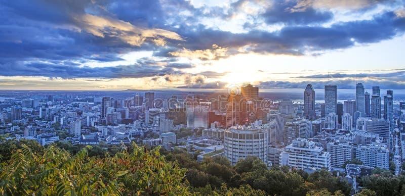 Photo stupéfiante avec le centre ville de Montréal au lever de soleil Vue stupéfiante de belvédère avec les feuilles colorées Pan photographie stock