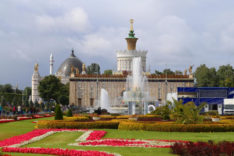 Photo summer panorama of the best park and fountains of Moscow royalty free stock photography