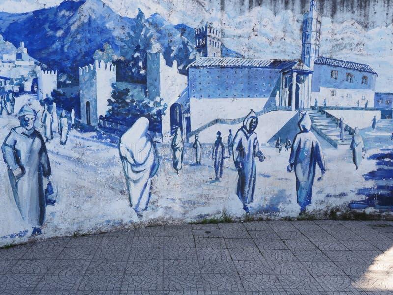 Photo sur le mur de la rue sur la place centrale de la ville africaine de Chefchaouen au Maroc pendant les chaudes journées ensol photos stock
