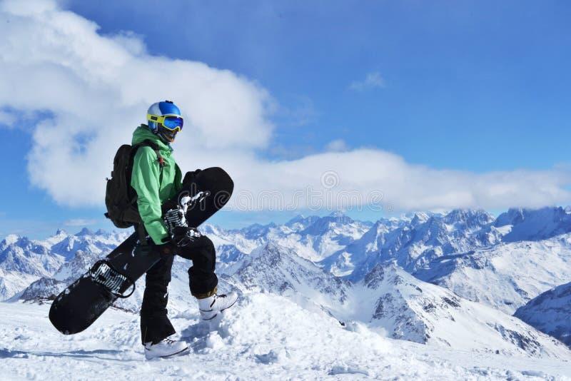 Photo sur un thème des sports extrêmes, sports d'hiver, faisant du surf des neiges photos stock