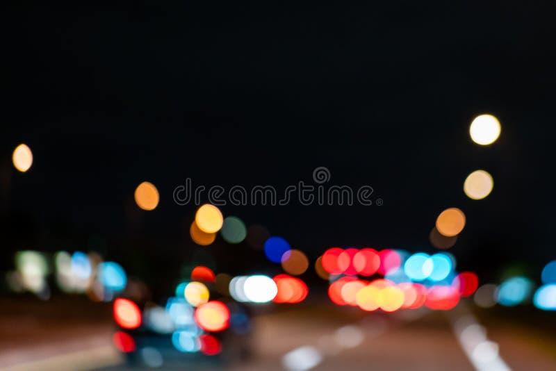 Photo trouble colorée des lumières de voitures de rue la nuit image stock
