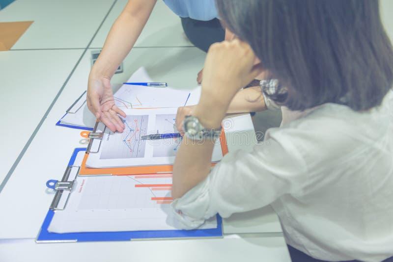 Photo verticale d'équipe asiatique d'affaires discuter au sujet des finances image libre de droits
