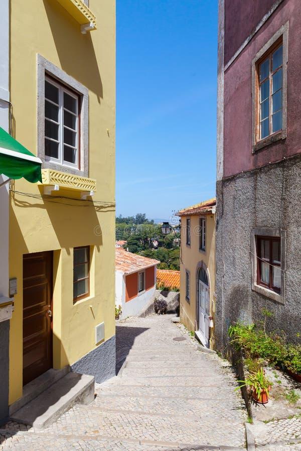 Photo verticale d'une rue vide de vieux Sintra images libres de droits