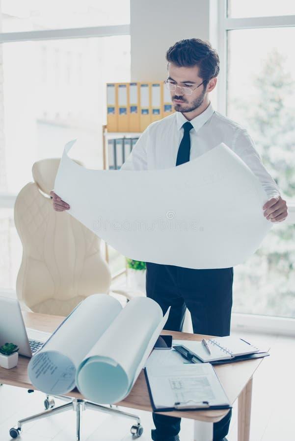 Photo verticale de travailleur concentré dans le costume et le spectac formels photo libre de droits