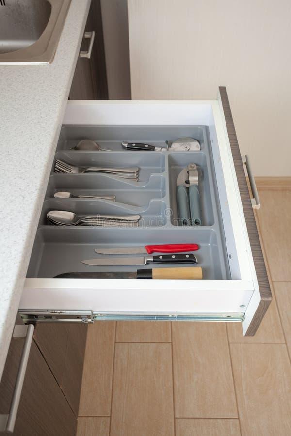 Photo verticale de vue de côté de profil de table blanche propre de plan de travail de cuisinier de partie et de nouveau tiroir e image libre de droits