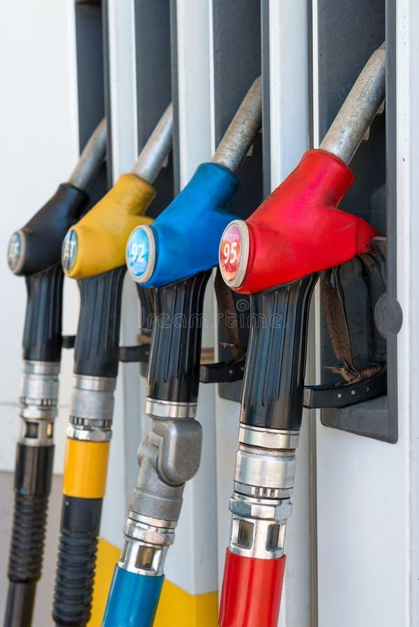 Photo verticale des pistolets de carburant à une station service photos stock