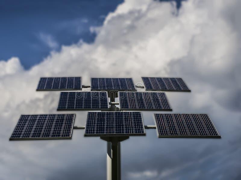 photo-voltaische Platten auf einem Hintergrund von Wolken lizenzfreie stockfotos