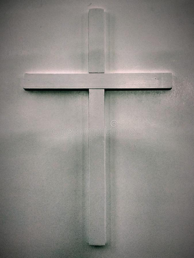 Photo white wooden christian cross bulging on a gray white background for use in religious symbols.  stock photography