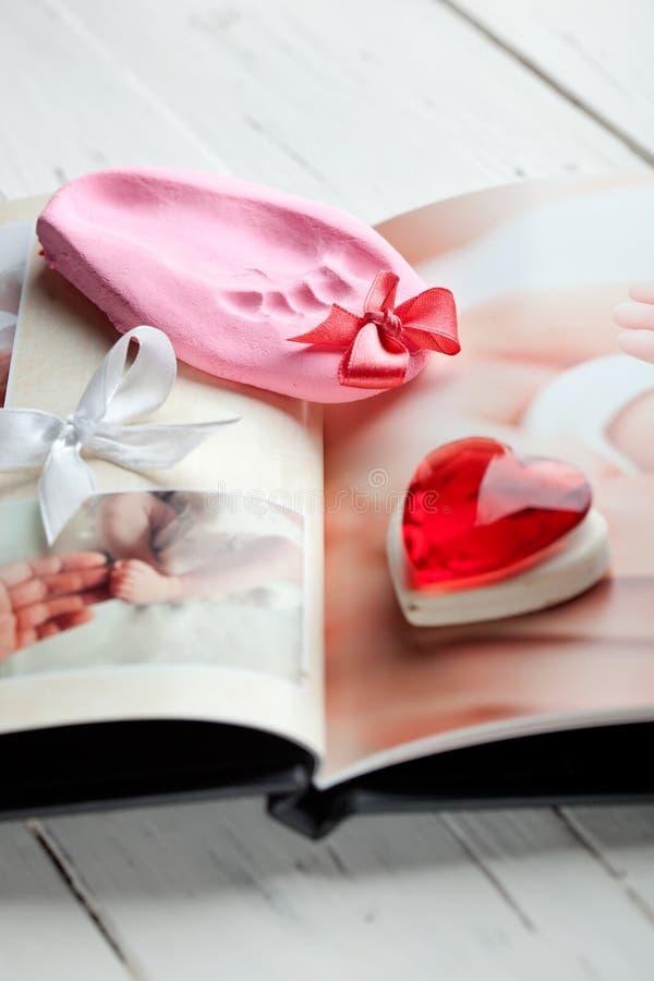Photobook младенца и keepsake следа ноги стоковые изображения rf