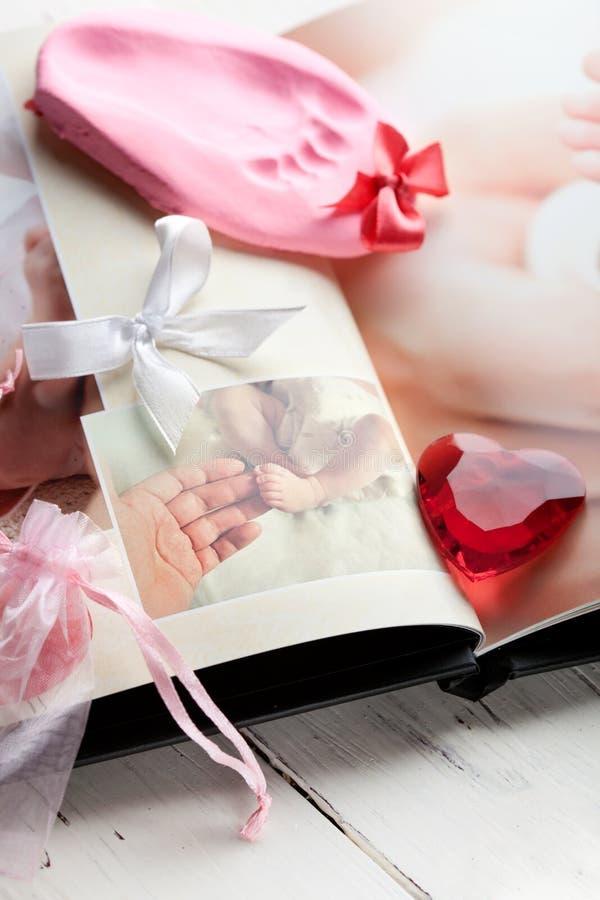 Photobook младенца и keepsake следа ноги стоковое фото