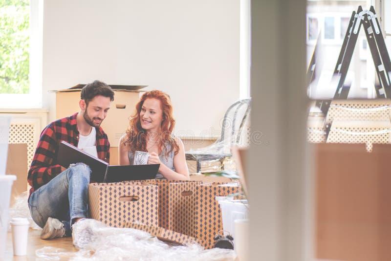 Photobook de observation de couples heureux et substance de emballage tout en se déplaçant- photo stock
