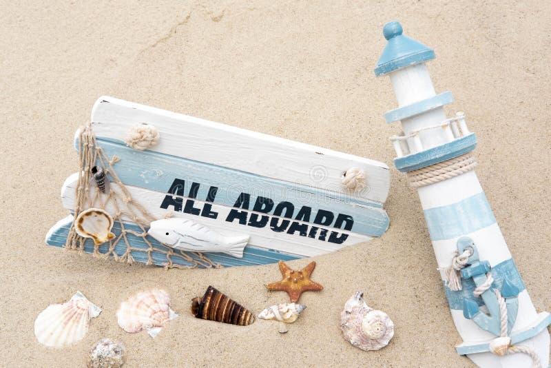 Photoconcept海上旅行 有词的黑板全部登上,在沙子的贝壳 海洋照片 旅行,水手服 免版税库存照片
