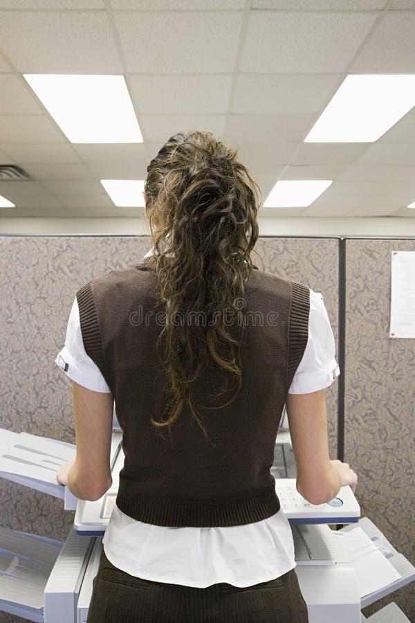 Photocopying женщины стоковая фотография rf