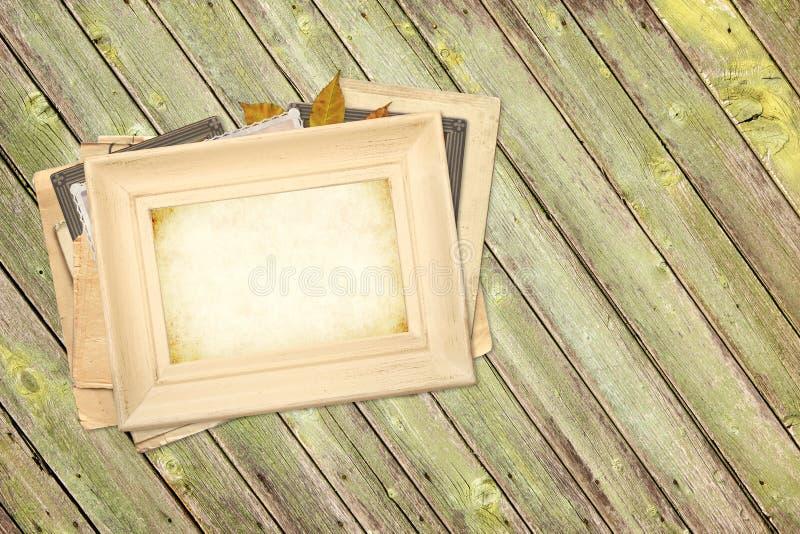 Photoframes de cru sur de vieilles planches en bois photographie stock