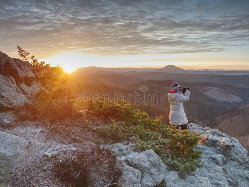 Photograper ландшафта с рукой на камере и треноге стоковое фото rf