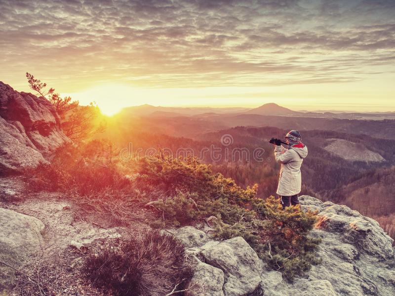 Photograper ландшафта с рукой на камере и треноге стоковые фотографии rf