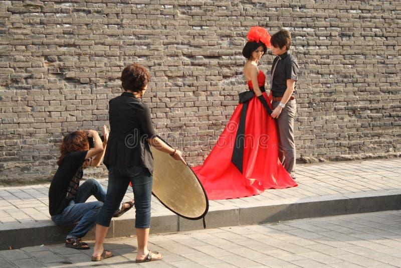 Photographe avec l'aide et le modèle images stock