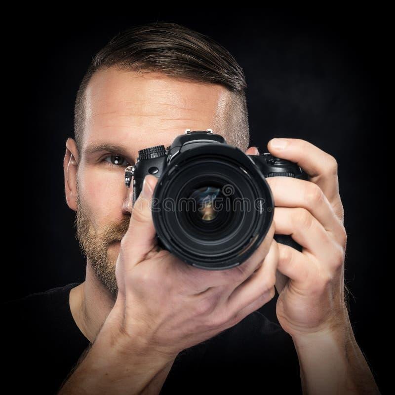 Photographe avec l'appareil-photo sur le noir photos stock