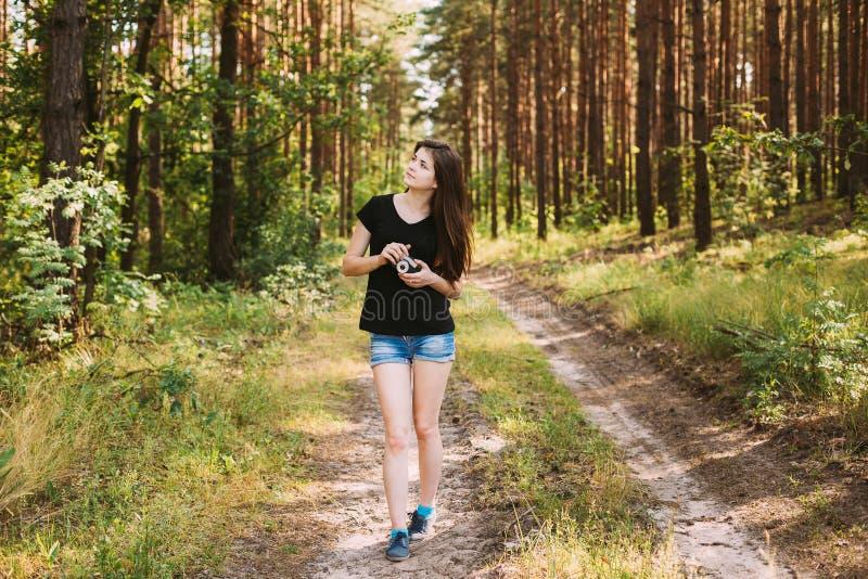 Photographe caucasienne rousse heureuse Taking de jeune femme de fille photos stock