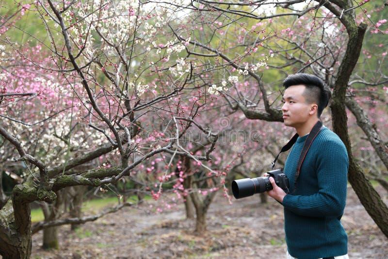 Photographe chinois asiatique d'homme en nature photographie stock libre de droits