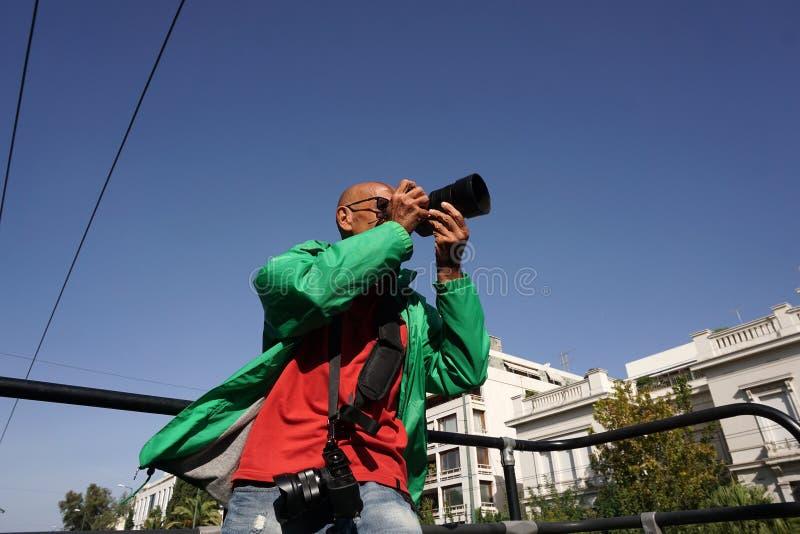 photographe dans l'action sur l'autobus de touristes image libre de droits