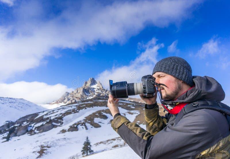 Photographe dans les montagnes photo libre de droits
