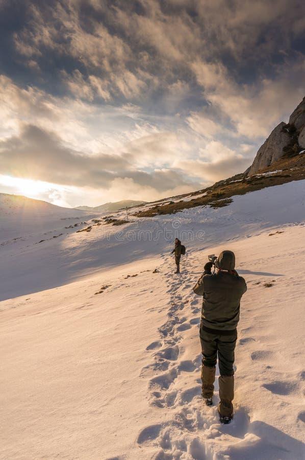 Photographe dans les montagnes photos libres de droits